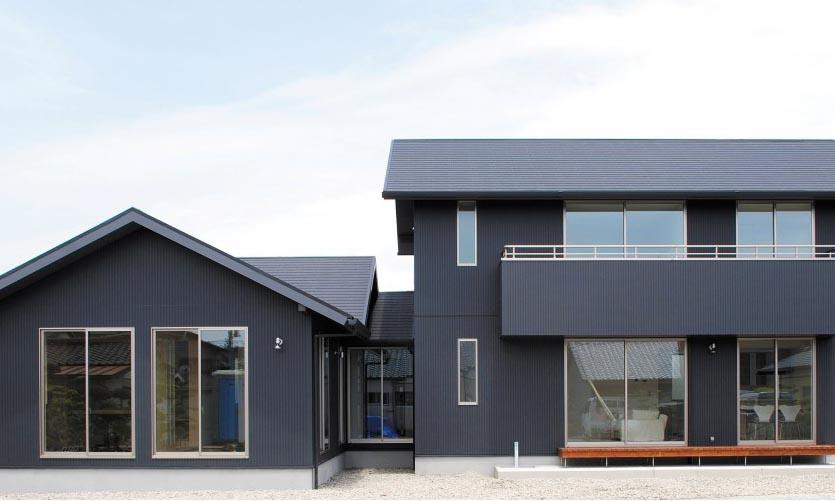 広い敷地に建つ2世帯の家